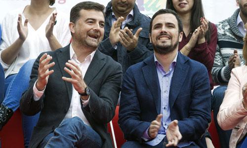 El candidato de Izquierda Unida a la presidencia del Gobierno, Alberto Garzón, y Antonio Maíllo,iz., candidato de IU a la presidencia de la Junta de Andalucía ,durante el acto político que Izquierda Unida ha celebrado en Granada. / EFE