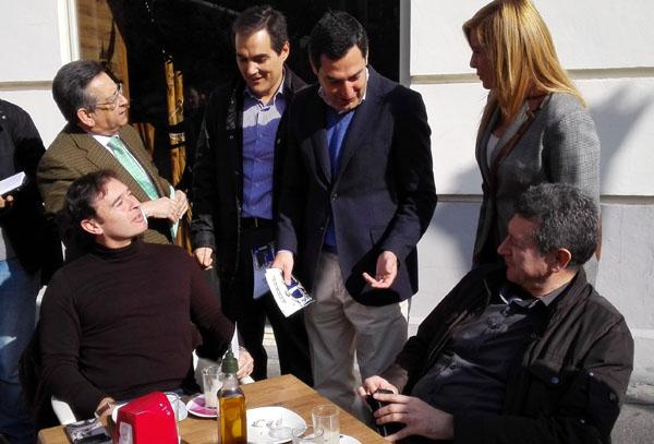 Moreno este sábado durante un paseo por Córdoba. / EFE