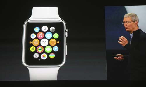 Vista de la pantalla en la que se retransmite la presentación del reloj de pulsera inteligente Apple Watch, mostrado por el consejero delegado de Apple, Tim Cook, en una tienda de la compañía en Berlín. / EFE