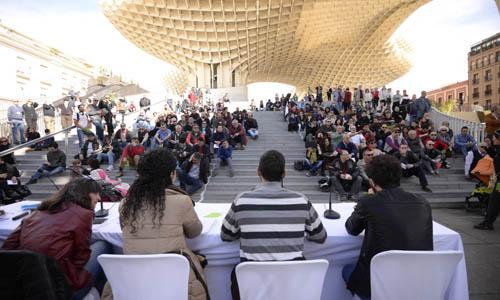 Asamblea abierta de Podemos para crear una candidatura ciudadana a la alcaldia de Sevilla en las Setas. / Inma Flores