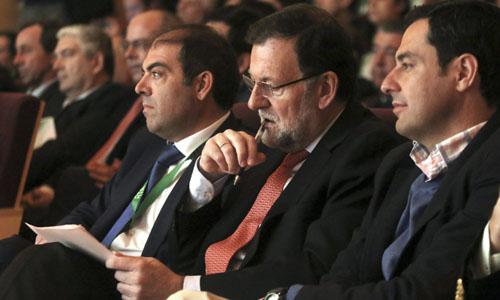 El presidente del Gobierno, Mariano Rajoy, acomcpañado por Lorenzo Amor,iz., presidente de ATA, y Juanma Moreno Bonilla,d, candidato a la Junta Andalucia por el PP , durante la clausura el II Foro de Emprendedores y Autónomos, organizado por la federación nacional de trabajadores autónomos ATA, que se ha celebrado en Córdoba. / EFE