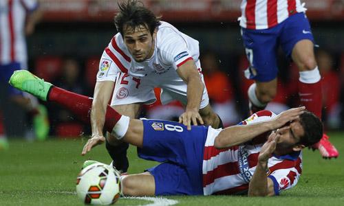 El defensa del Sevilla Alejandro Arribas (i) y el delantero del Atlético de Madrid Raúl García durante el partido de la vigésimo quinta jornada de Liga que disputan en el estadio Sánchez Pizjuán de Sevilla. EFE/Julio Muñoz