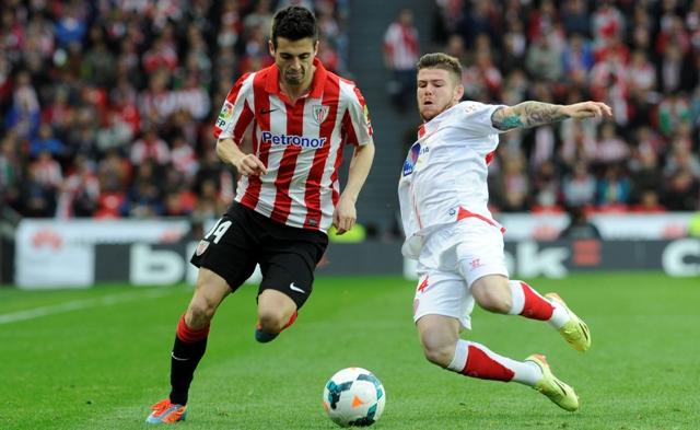 Alberto Moreno se lanza a los pies de Susaeta para recuperar el esférico en la temporada 13/14.