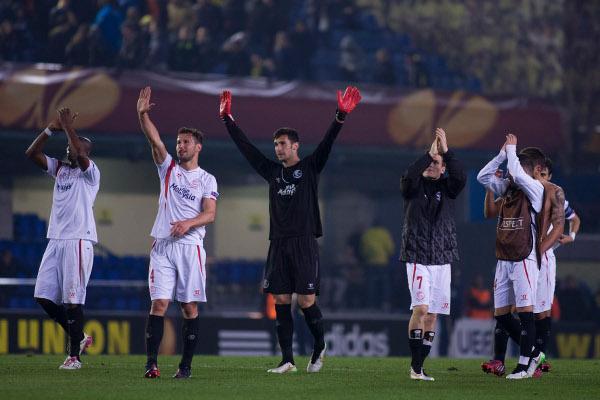 Los jugadores, agradeciendo el apoyo de los sevillistas (Foto: LOF)