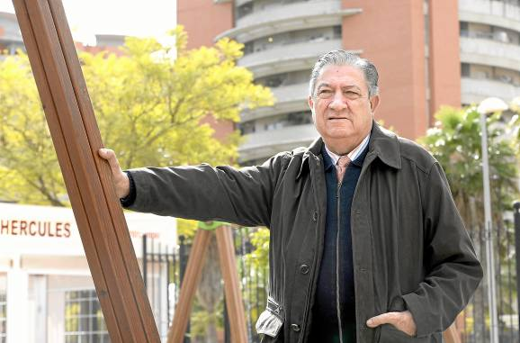 El representante vecinal de Jardines de Hércules de Bellavista, Juan Antonio Lobo, posa en uno de los parques de la zona. / Inma Flores