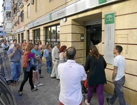 Imagen de archivo de usuarios aguardando la apertura de una oficina del paro. / José Luis Montero