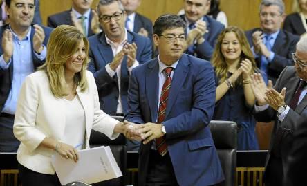 Susana Díaz estrecha la mano de Diego Valderas cuando aún estaba el pacto en vigor. / EFE