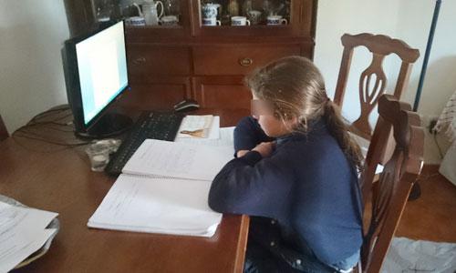Natalia sigue ahora su curso desde casa hasta que se solucione su situación. / El Correo