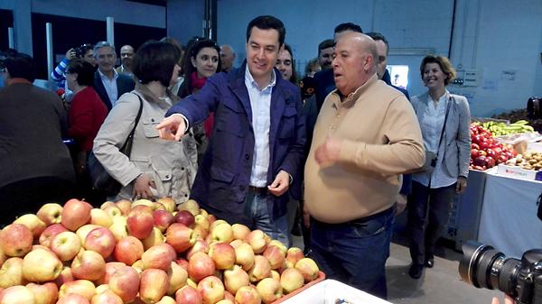 Juan Manuel Moreno visita una cooperativa agrícola de Los Palacios y Villafranca durante la campaña electoral. / E.P.