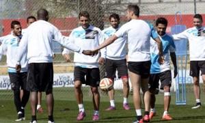 Carriço, junto a Mbia y Krychowiak, en el entrenamiento de ayer. Foto: Manuel Gómez