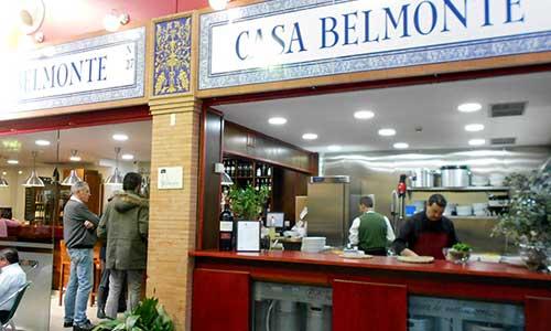 El bar Casa Belmonte se encuentra en pleno mercado de Triana. / J.C.