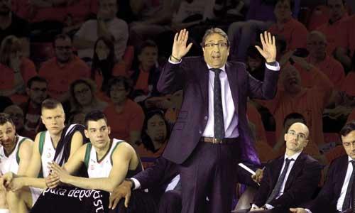 Luis Casimiro gesticula junto al banquillo del equipo en el Fernando Martín durante el partido ante el Montakit Fuenlabrada. / Víctor Lerena