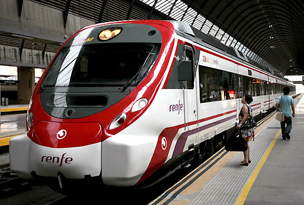 Un tren de cercanías de Sevilla. / Paco Cazalla