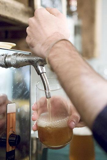 El consumo moderado de cerveza beneficia a la salud según un estudio. / El Correo