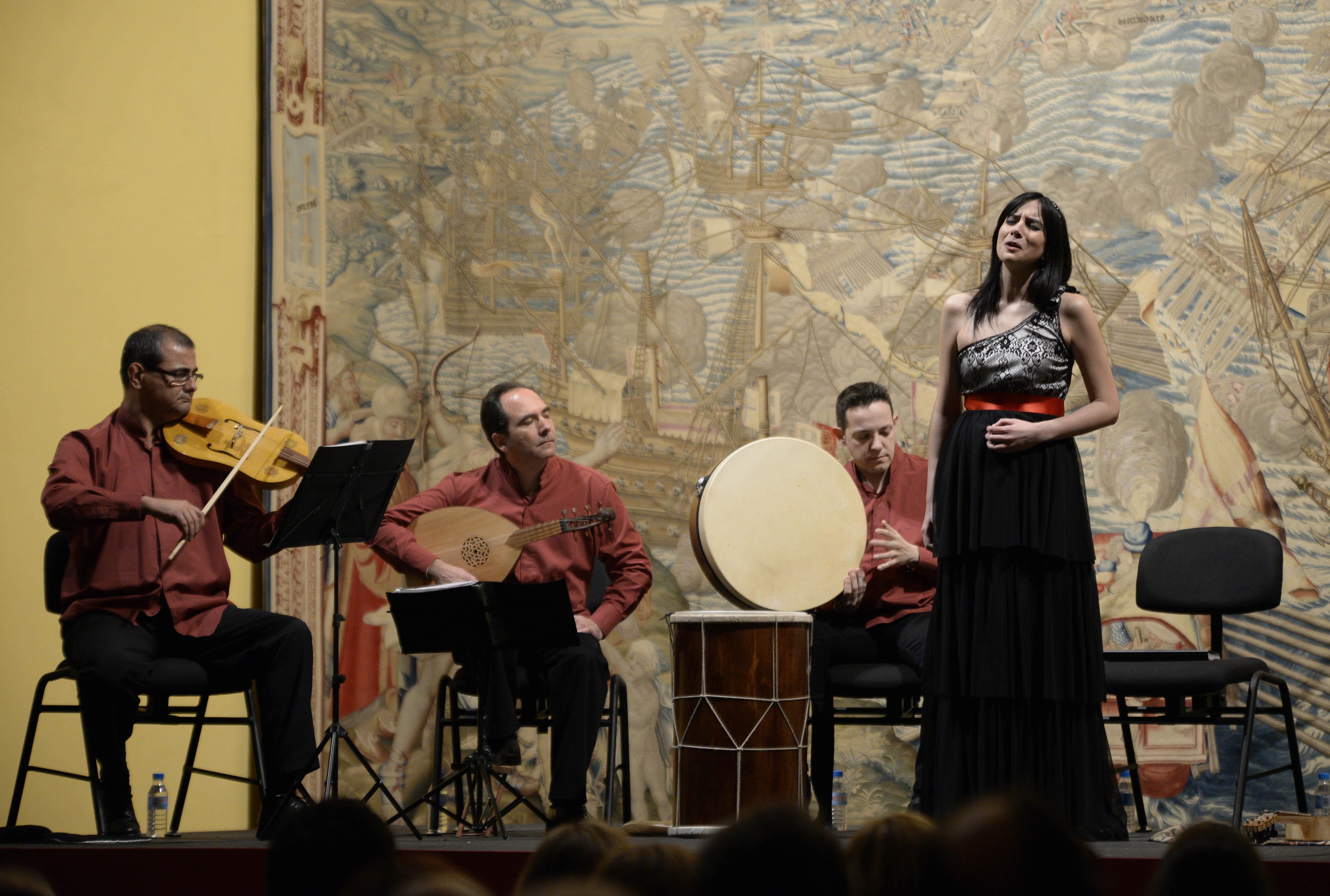 La soprano Delia Agúndez y el grupo Cinco Siglos, en un momento del concierto que el domingo ofrecieron en el Real Alcázar. / Inma Flores