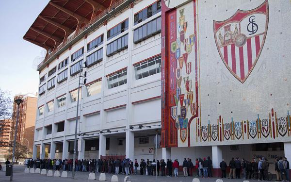 Aficionados del Sevilla hacen cola para comprar las entradas ante el Villarreal. SFC