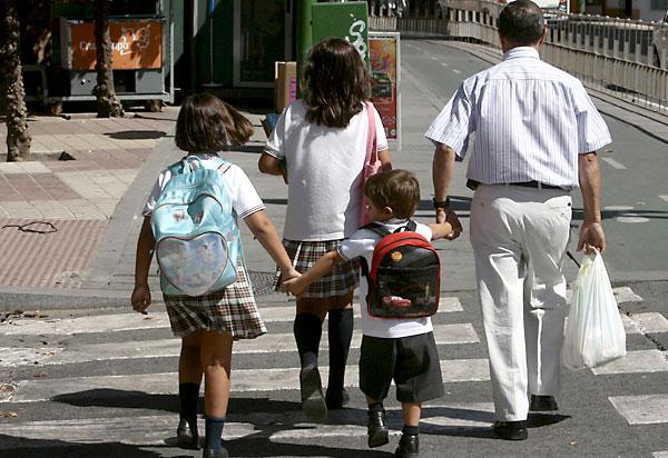 Varios niños camino del colegio. / Foto: Javier Díaz