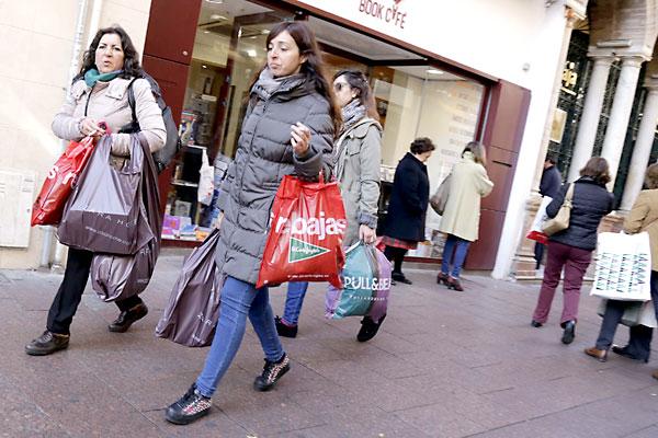 Los sevillanos y turistas podrán comprar  durante la Semana Santa. / José Luis Montero