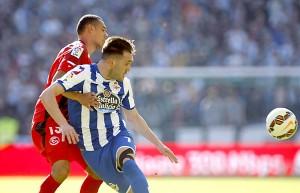 Deportivo - Sevilla FC. El centrocampista del Deportivo Lucas Pérez (d) pelea un balón con el defensa francés del Sevilla, Timothée Kolodziejczak. / EFE