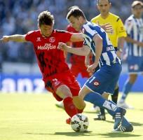 Deportivo - Sevilla FC. El delantero del Deportivo Oriol Riera (d) pelea un balón con el centrocampista polaco del Sevilla, Grzegorz Krychowia / EFE