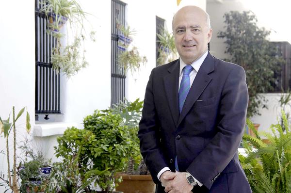 El candidato a la Alcaldía de Sevilla por Unión Progreso y Democracia (UPyD), Eladio García de la Borbolla, ayer en Sevilla. / José Luis Montero