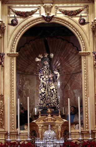 El Señor del Gran Poder en su capilla de San Lorenzo donde recibe la visita de miles de fieles. / Paco Cazalla