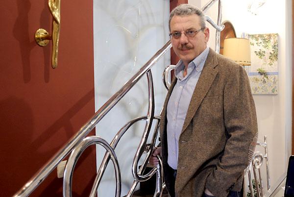José Luis Martínez Gámez, en la zona de exposición de su empresa, Vellocinos, especializada en barandillas de latón y aluminio. / Manuel Gómez