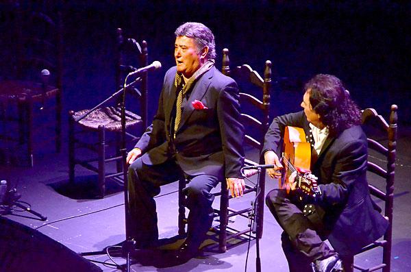 El cantaor José Menese, en un momento de su concierto en el Teatro Central. / Jesús Barrera