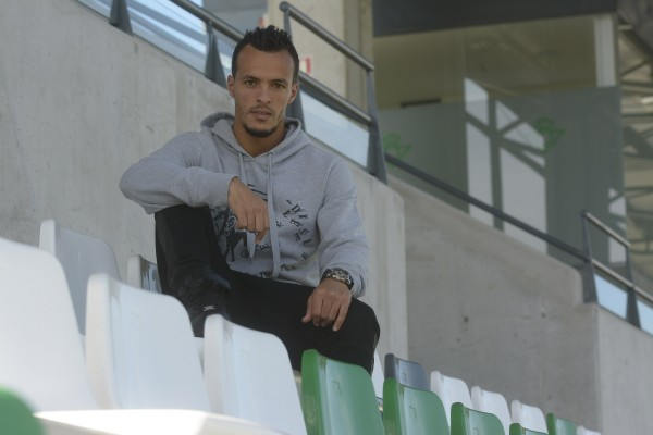 Kadir posa en la grada de la ciudad deportiva / Foto: Manuel Gómez