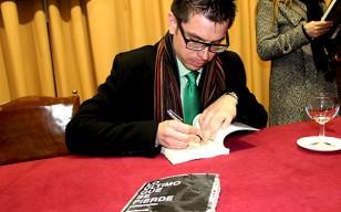 Álvaro Ibáñez Mena, durante la presentación de su novela en Sevilla. / Adrián Jaén