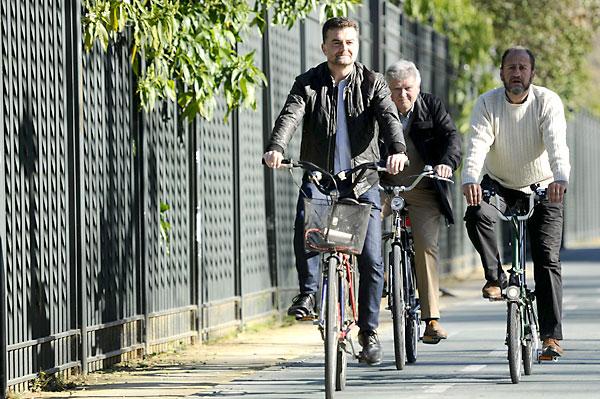 El coordinador general de IU Andalucía y candidato a la presidencia de la Junta, Antonio Maíllo (i), en bicicleta por el carril-bici de los Jardines de Murillo en Sevilla. / EFE