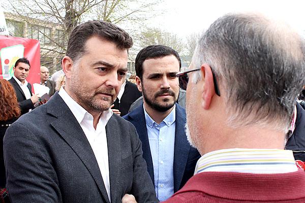 Antonio Maíllo (izquierda), ayer en Linares, junto a Alberto Garzón (derecha). / El Correo