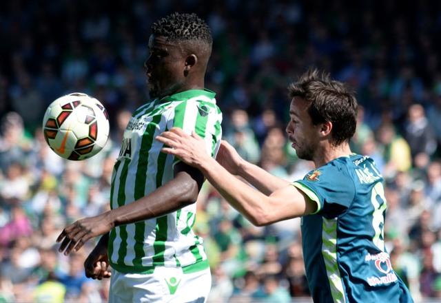 N'Diaye controla la pelota durante el Betis-Valladolid / Manuel Gómez