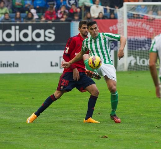 Bruno despeja en el Osasuna-Betis de esta temporada / Foto: LOF