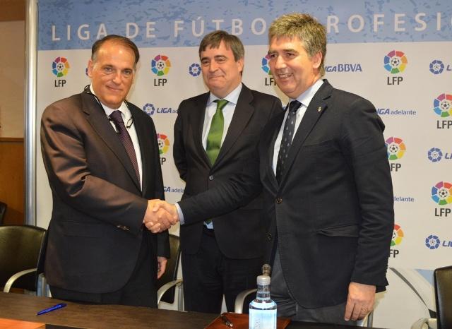 Javier Tebas e Ignacio Cosidó se dan la mano, hoy / LFP