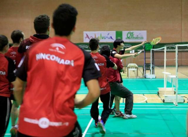 Los componentes del Soderinsa se lanzan a por Bin Xin tras su triunfo en el último partido / Soderinsa Rinconada