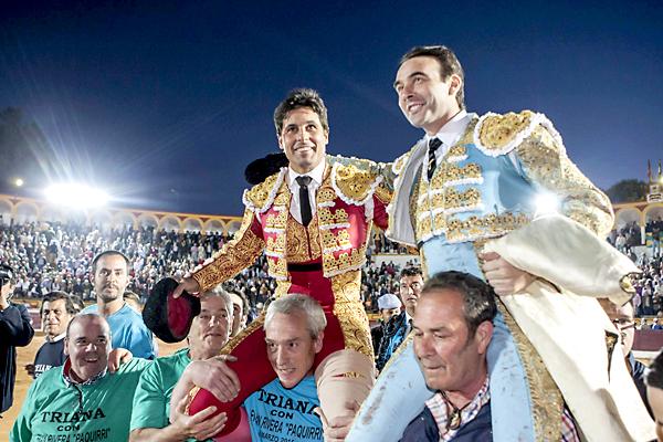"""Los diestros Francisco Rivera Ordoñez """"Paquirri"""" (i) y Enrique Ponce salen a hombros de la plaza de toros de Olivenza. / EFE"""