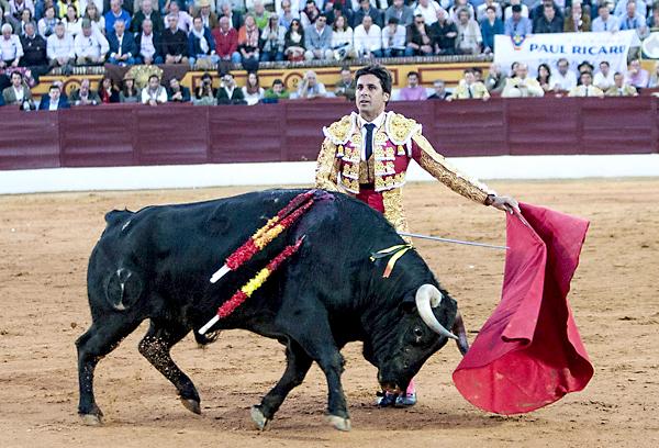 """El diestro Francisco Rivera Ordoñez """"Paquirri"""" da un pase con la muleta. / EFE"""