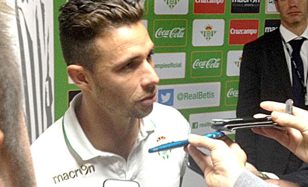 Rubén Castro atendiendo a los medios tras el partido. / P.E.