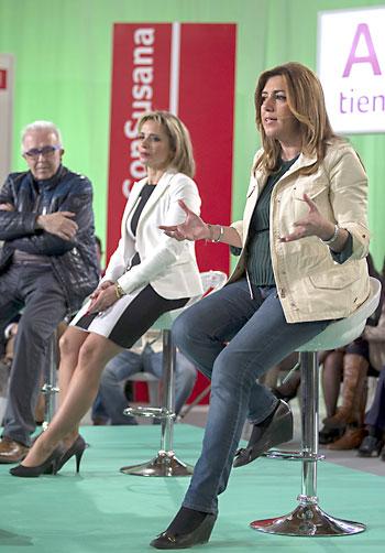 La candidata socialista a la Presidencia de la Junta, Susana Díaz (d), junto al consejero de Economía, Innovación, Ciencia y Empleo, José Sánchez Maldonado (i), este viernes en Sevilla. / EFE