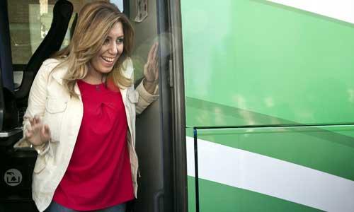 La candidata socialista a la Presidencia de la Junta de Andalucía, Susana Díaz, sale del autocar durante su visita a la localidad sevillana de La Algaba. Foto: EFE