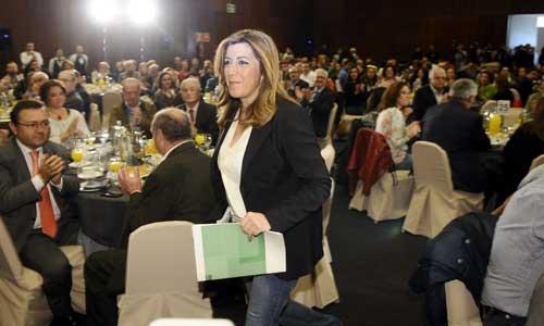 La secretaria general del PSOE andaluz y presidenta de la Junta, Susana Díaz (c), momentos antes de su intervención hoy en Sevilla en el acto de presentación del programa de su partido para las elecciones andaluzas. Foto: EFE