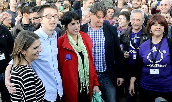 La candidata de Podemos a la Presidencia de la Junta, Teresa Rodríguez (c), junto al secretario de Comunicación y Estrategia Política de Podemos, Íñigo Errejón (2i); la número uno por Sevilla, Begoña Gutierrez (i), y el segundo por Sevilla, Juan Moreno Yagüe (4d), durante un acto en el Muelle de la Sal, Sevilla. / EFE