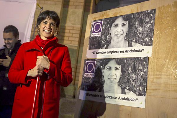 La candidata a la Presidencia de la Junta por Podemos, Teresa Rodríguez, durante el acto de inicio de la campaña electoral andaluza celebrado esta noche en la plaza Fragela, en Cádiz. EFE