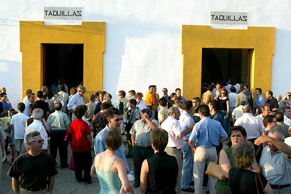 Los agentes implicados en el sector alertan de que Sevilla «está perdiendo un turismo de alto poder adquisitivo» durante la Feria de Abril en la Maestranza. / Antonio Acedo