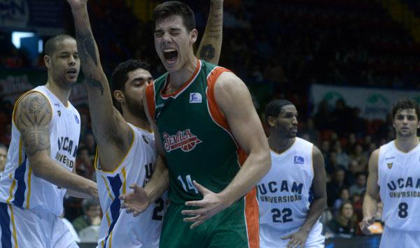 Willy hace un gesto de rabia ante el UCAM Murcia (Foto: Manuel Gómez)