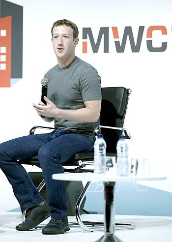 El fundador y consejero delegado de Facebook, Mark Zuckerberg, este lunes en el Congreso Mundial de Móviles. / EFE